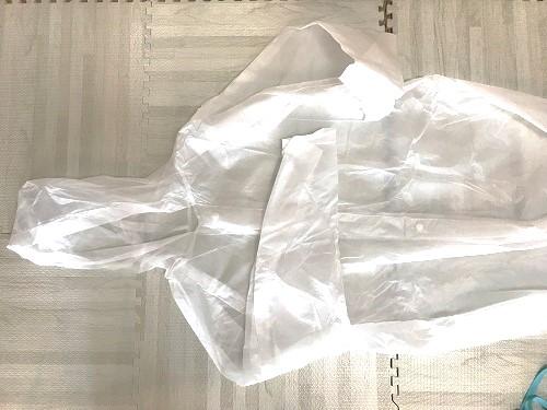 ダイソーで購入した白色のレインコート